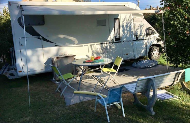 Camping car dans jardin ( 1000m2)  petite piscine