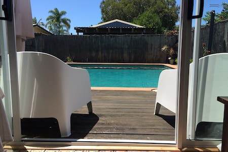 Classic beach house with pool close to the beach - 瑪盧奇多(Maroochydore)