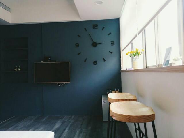 W2 淡水雙人房 { 尼羅房 }絕美設計公寓。24小時自助式入住