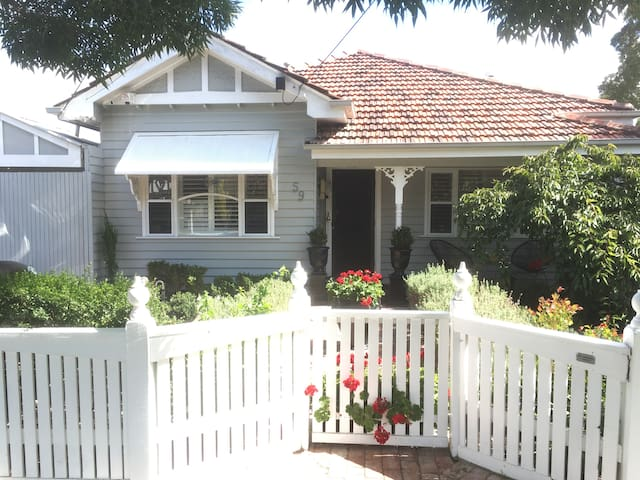 Newport cottage, 3B/R.Walk to train, and shops. - Newport - Haus