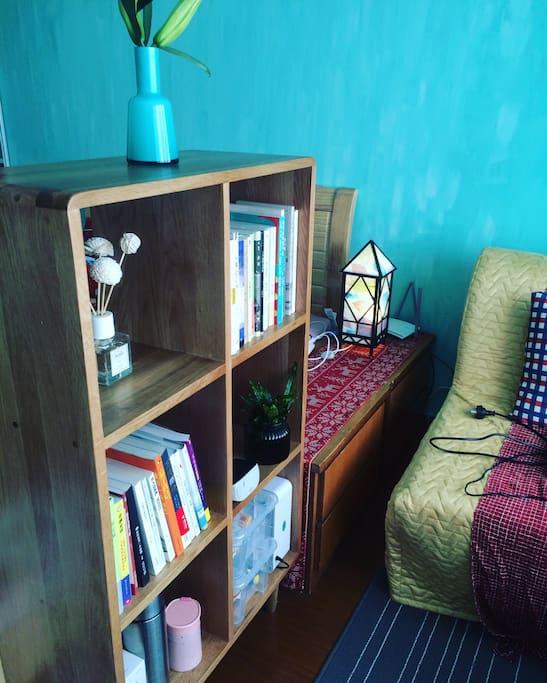 书架。您可以自行取阅图书。You can read books for free.