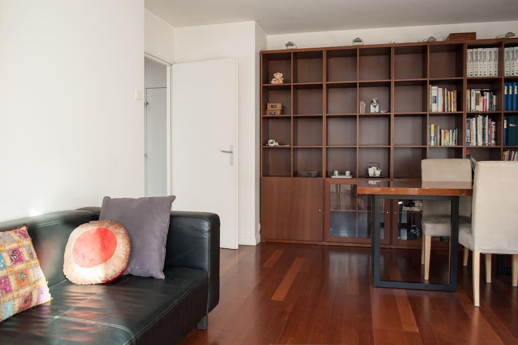 Salon spacieux avec bibliothèque