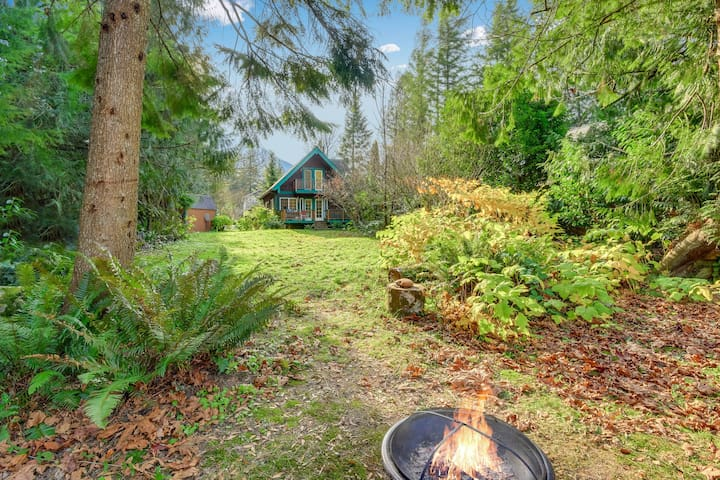 Secluded cabin with private hot tub & garden - close to hiking trails & rafting