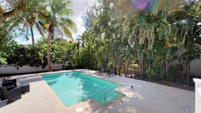 Spacious Pool Oasis★Prime Location★Washer/Dryer