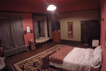 360 sq. ft. room in Heritage Home - レベルストーク