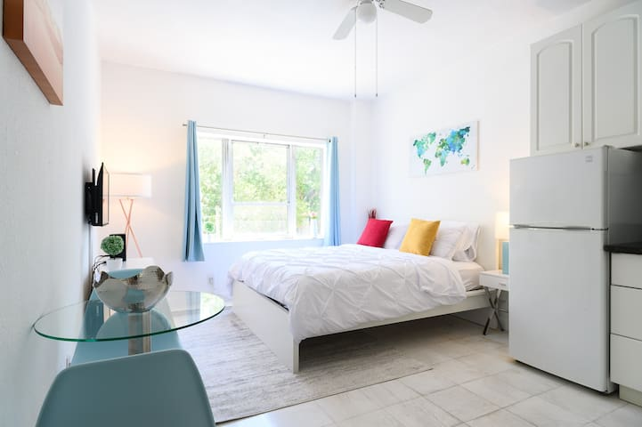 South Beach Studio with Pool 2 mins to the Beach