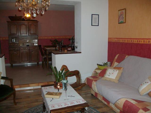 appartement dans une maison privée - La Salle - Lejlighed