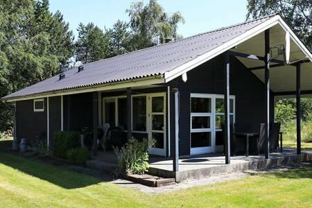 Cabine moderne à Logstor avec cheminée