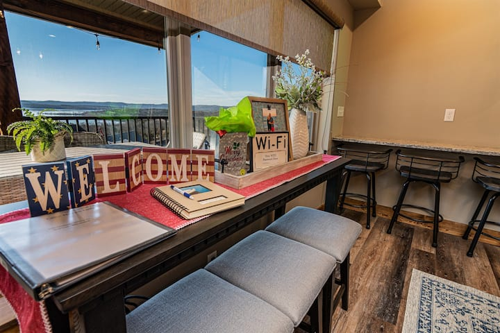 Amazing Table Rock Lakeviews in Chateau Cove!! Firepit and pool table!