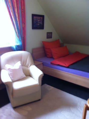 Zimmer mit Fernseher und WLAN