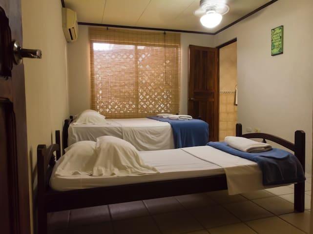 Habitación #2 en Casa Buena Mesa, Jacó Sol!