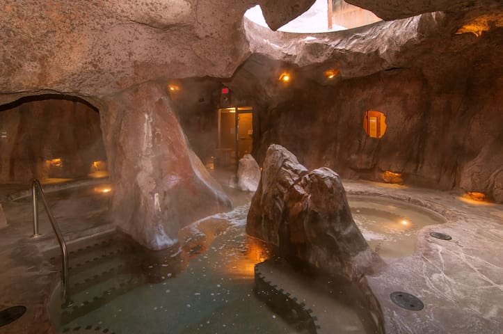 Free Breakfast! Rockies Room with Access to Grotto Hot Pools!