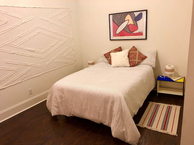 Private room in large Mt. Vernon 2BR -free parking
