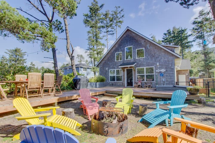 Modern, dog-friendly home - private hot tub, outdoor firepit, walk to beach!