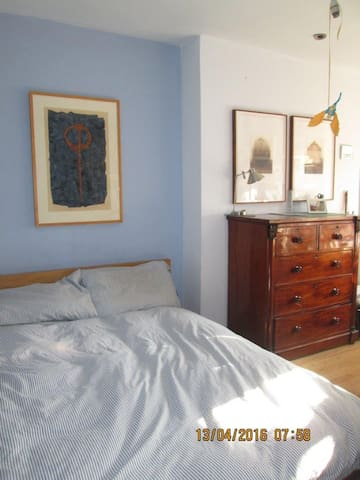LOVELY ROOM IN BRIGHT  SOUTH HAMPSTEAD FLAT