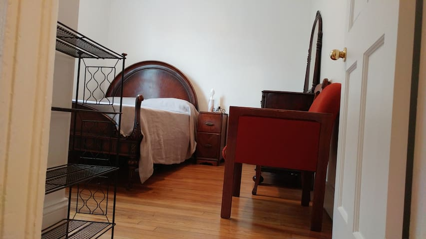 Lovely room just off Warren St near river
