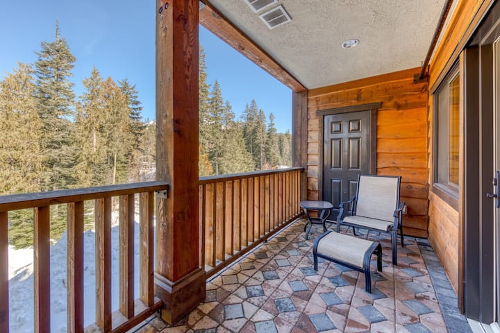 Luxury mountain home w/shared pool & hot tub, patio, balcony views, & free WiFi!