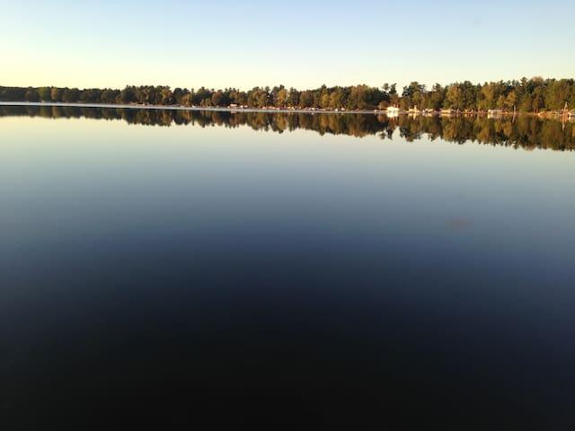 The lake house retreat!! - Neshkoro - Houten huisje