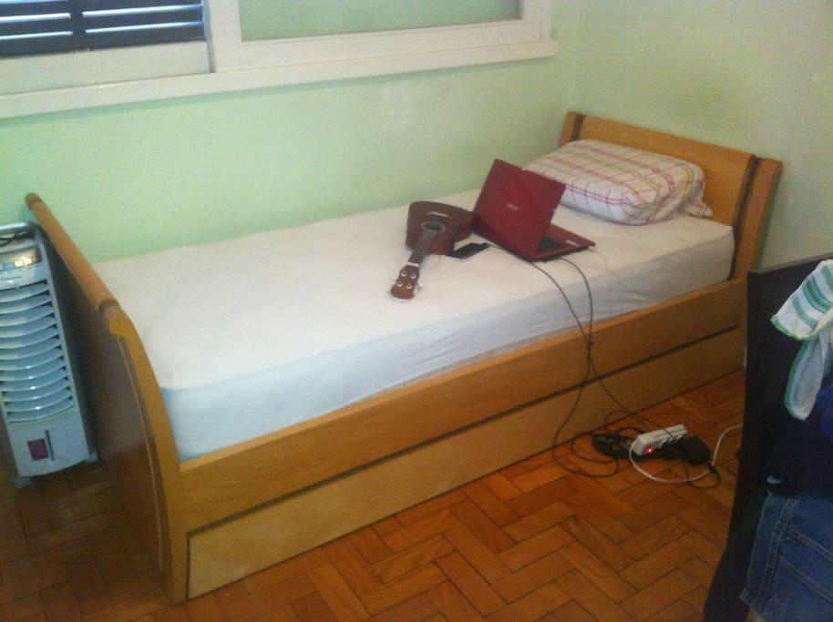 Quarto aconchegante, boa iluminação e armário embutido.