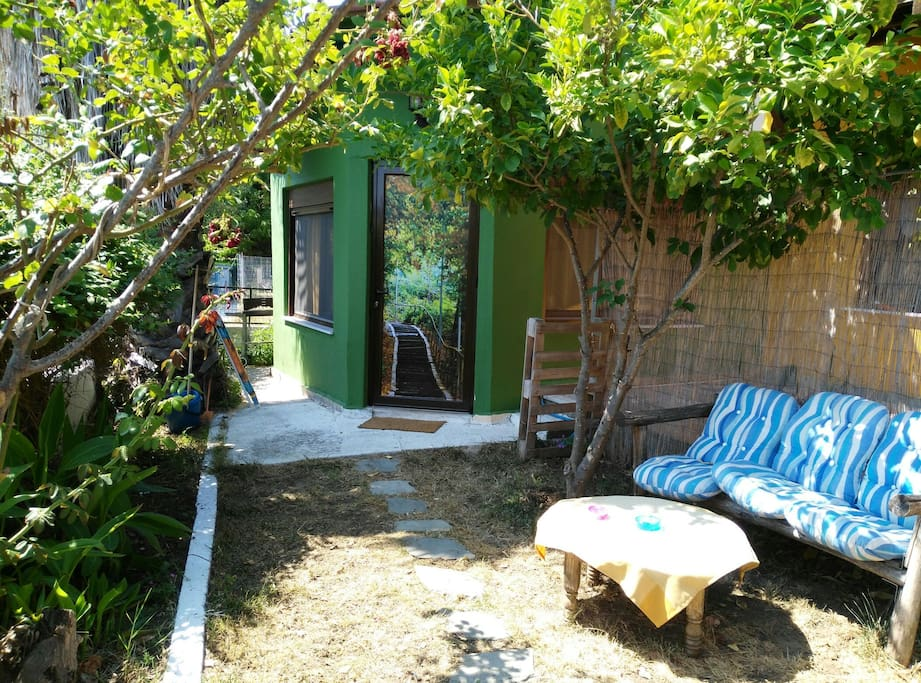 Cosy private garden with lemon trees and flowers for you!!!