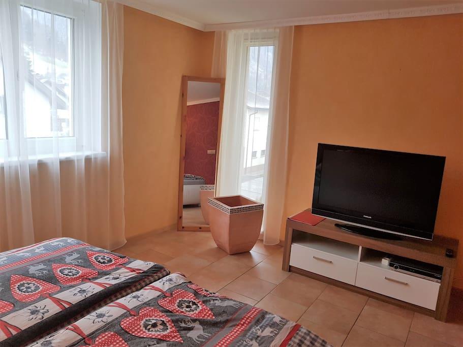 romantisches zimmer mit fernseher ge h user zur miete. Black Bedroom Furniture Sets. Home Design Ideas