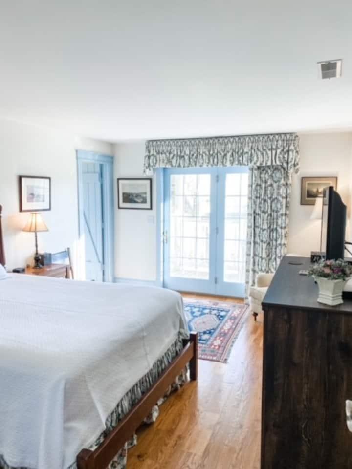 """Orlesa Farms"" mountain sunrise views, luxury room"