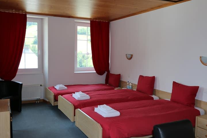Chambre triple à l'Hotel Le Communal