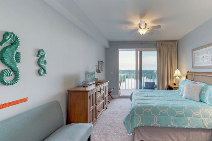 Beachside getaway with ocean and lake views, huge deck, and 2 king beds