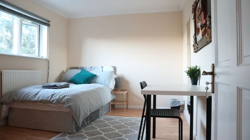 Cosy & Bright room in a shared Wembley house