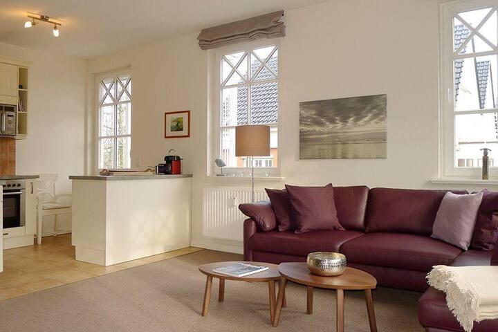 In der schönen Küche haben Sie einen guten Blick in den Wohnbereich.