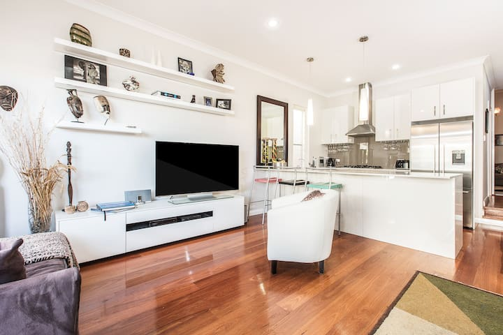 Couples stylish retreat 10 mins to Sydney  city