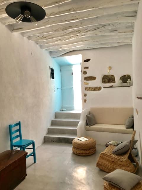 Исторический Сифнийский дом XIV века с видом на море