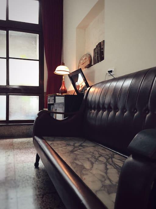 老家的大理石朱紅色沙發,冰涼、暖暖