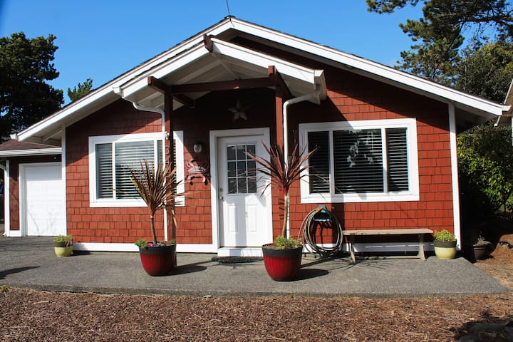 Cozy Clean Pet Friendly * Steps to Beach and Town