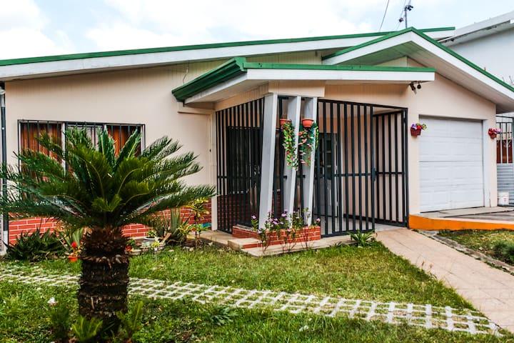 PURA VIDA, Lovely House, Best Location/San Pedro!