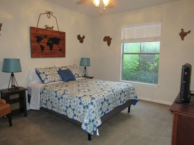 Simple & Comfy Bedroom in North Austin