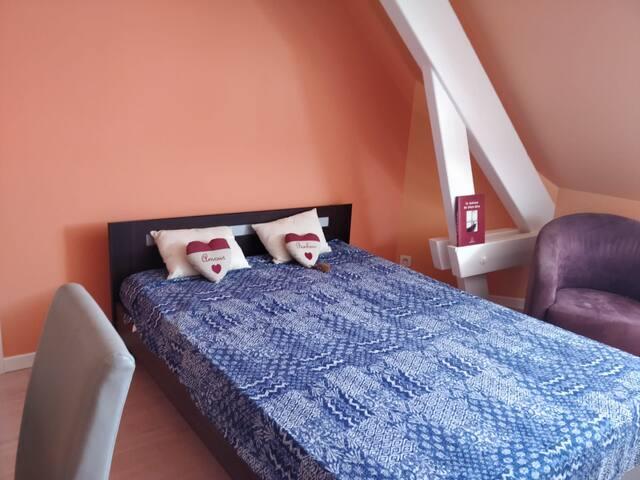 Chambre 2 : lit double, bureau et dressing
