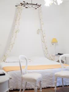 Chambre provençale - Entre le Pont du Gard et Uzès - Collias - Boutique-Hotel