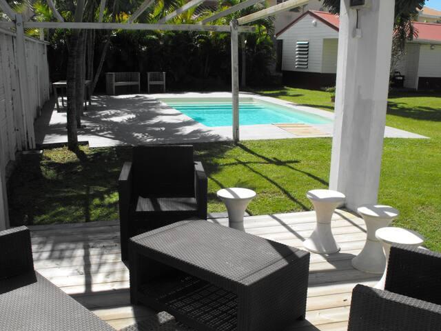 Beau bungalow de 45m2 et sa piscine proche de tout - Fort-de-France - Bungalow