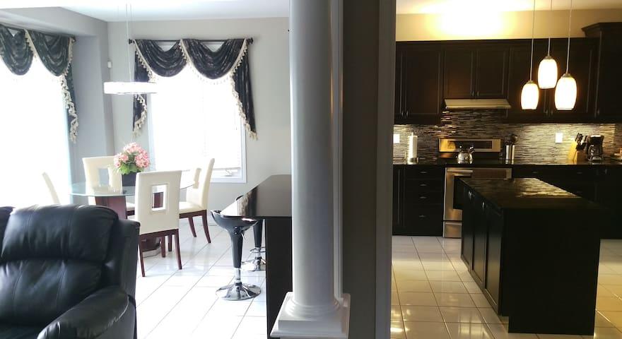 5 Bedrooms3.5 Washroom Large house in Vaughan
