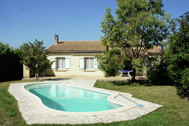 Bungalow with pool ideally located in Provence