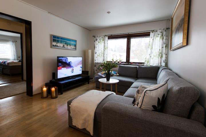 Mysigt vardagsrum med stor bäddsoffa med sovplats för 3 personer, smart-TV, chandeliers m.m. Cosy living room with big bed sofa, with sleeping place for 3 people, big 55 smart-TV, chandeliers, etc.