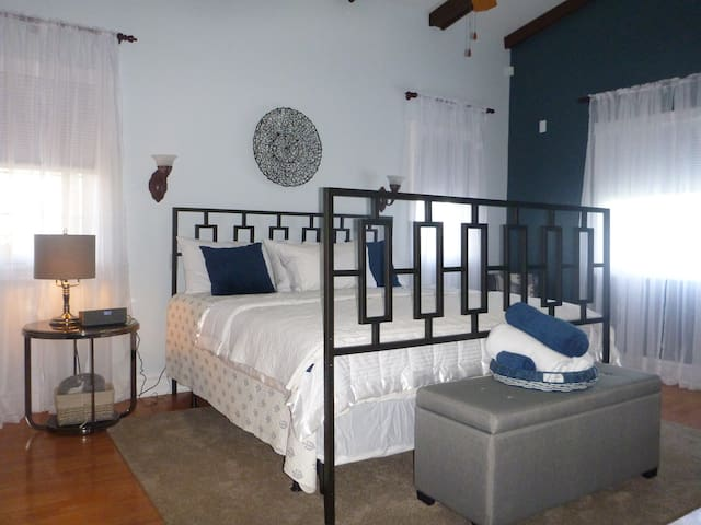 Luxurious Room,Wine,Treats,and Breakfast-Sydney,NS