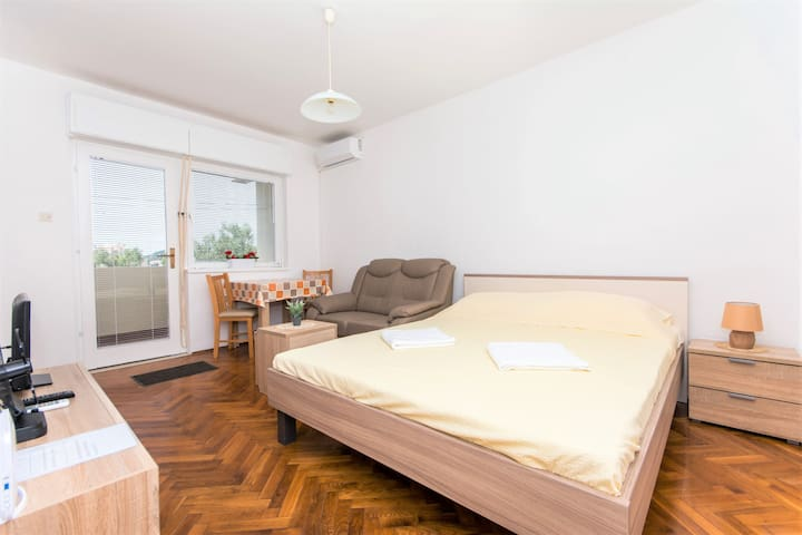 ANETA,(great location,apartment with balcony)