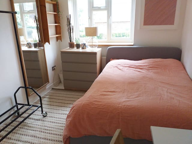 Large, Friendly room in Hackney
