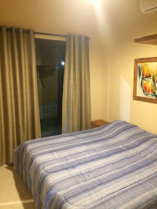 Um dos dormitórios que é reversível para de solteiro