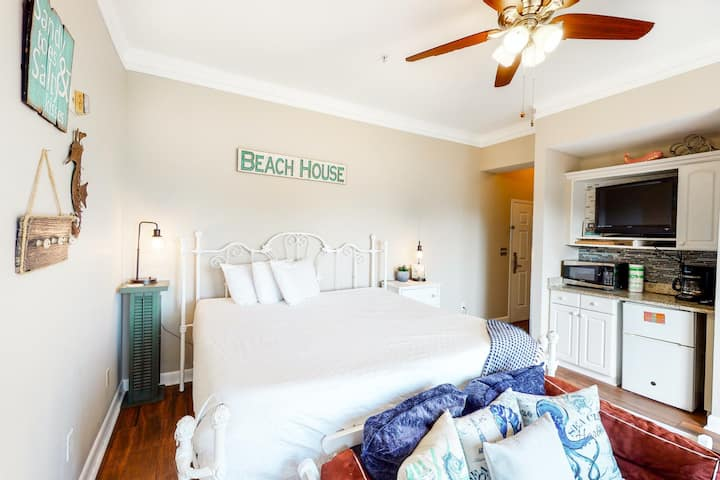 Beachy condo w/ free WiFi & shared pool/hot tub - short walk to the beach!