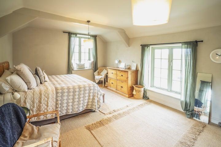 2 BED COTTAGE log burners, comfy beds, wifi, TV