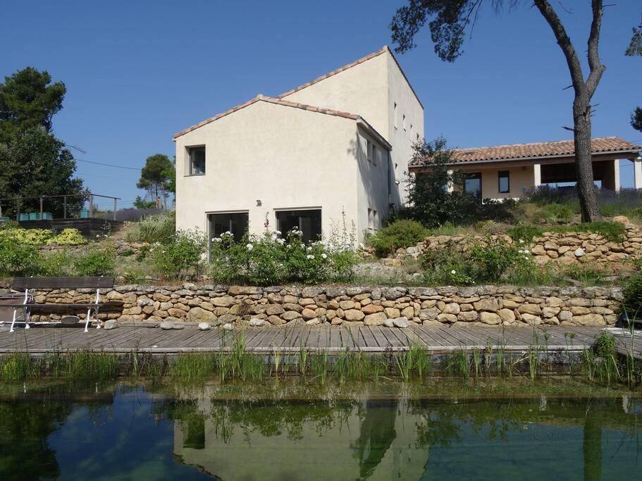 la maison et la piscine bio