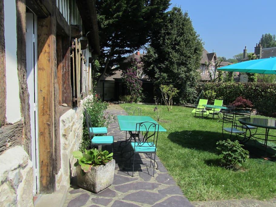 Le jardin plein sud avec tables et transats pour profiter du jardin